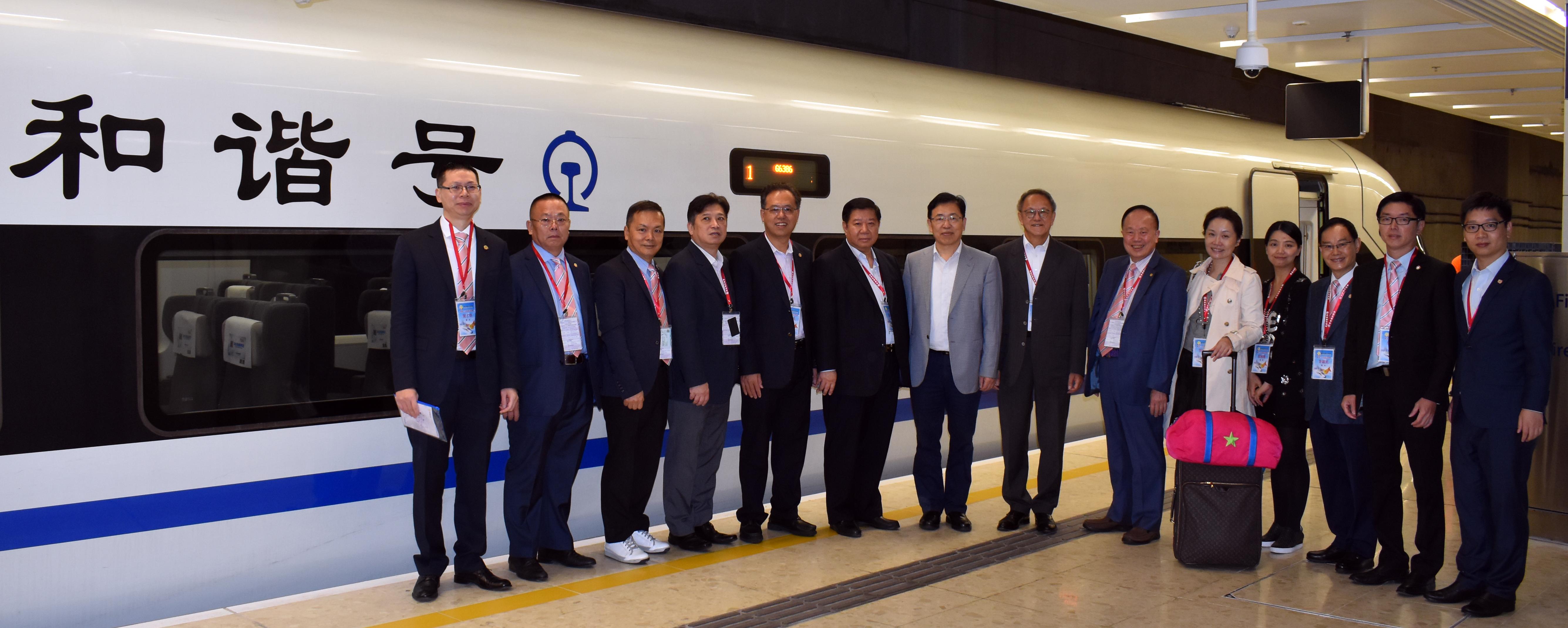 1.-本會潮汕三市商務訪問團部分成員在香港西九龍高鐵站高鐵列車前合影