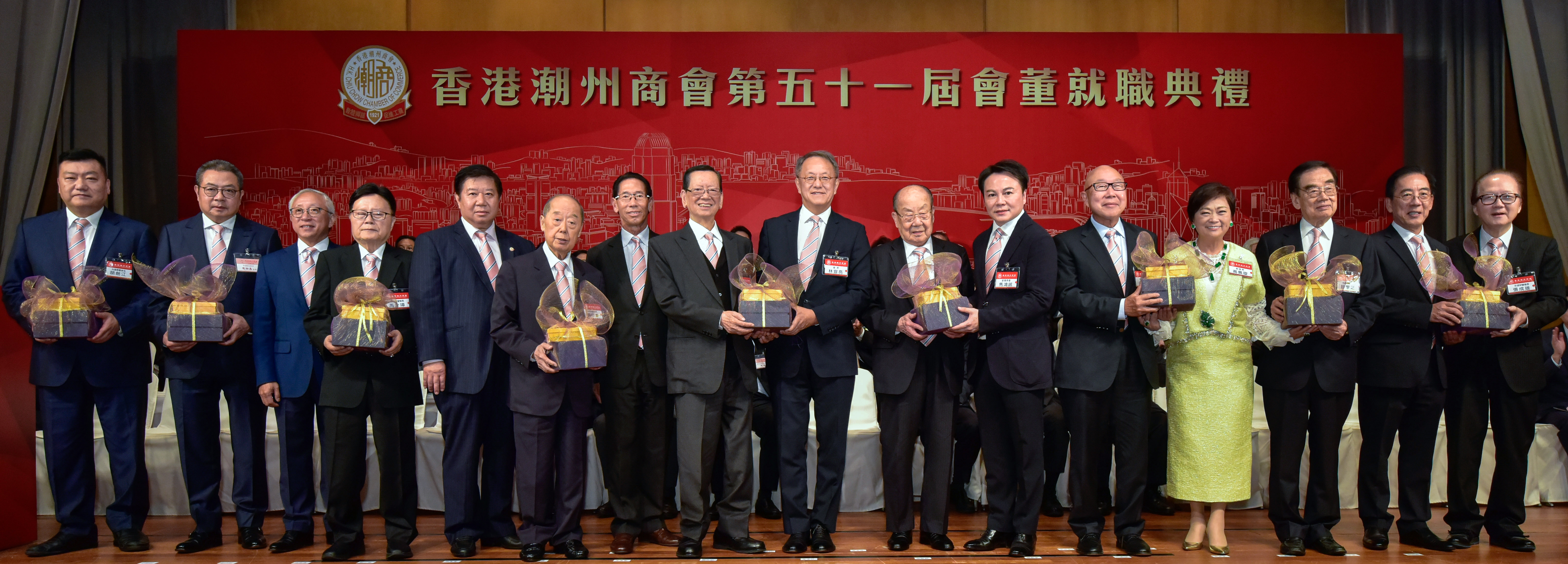 8-第五十一屆正副會長向出席儀式的九位永遠榮譽會長致送紀念品。