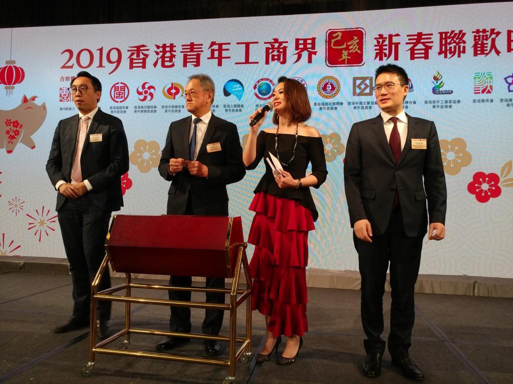 6 林宣亮會長(左2)與黃進達主任(左1)做嘉賓上台抽獎