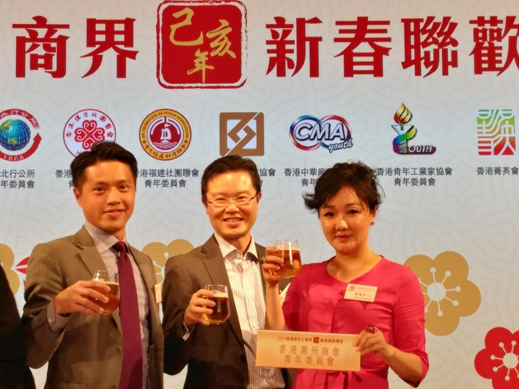 8 召集人蔡志鵬(中)、委員鄭優美(右)、張曉濱(左)代表本會青委出戰啤酒勁飲大賽