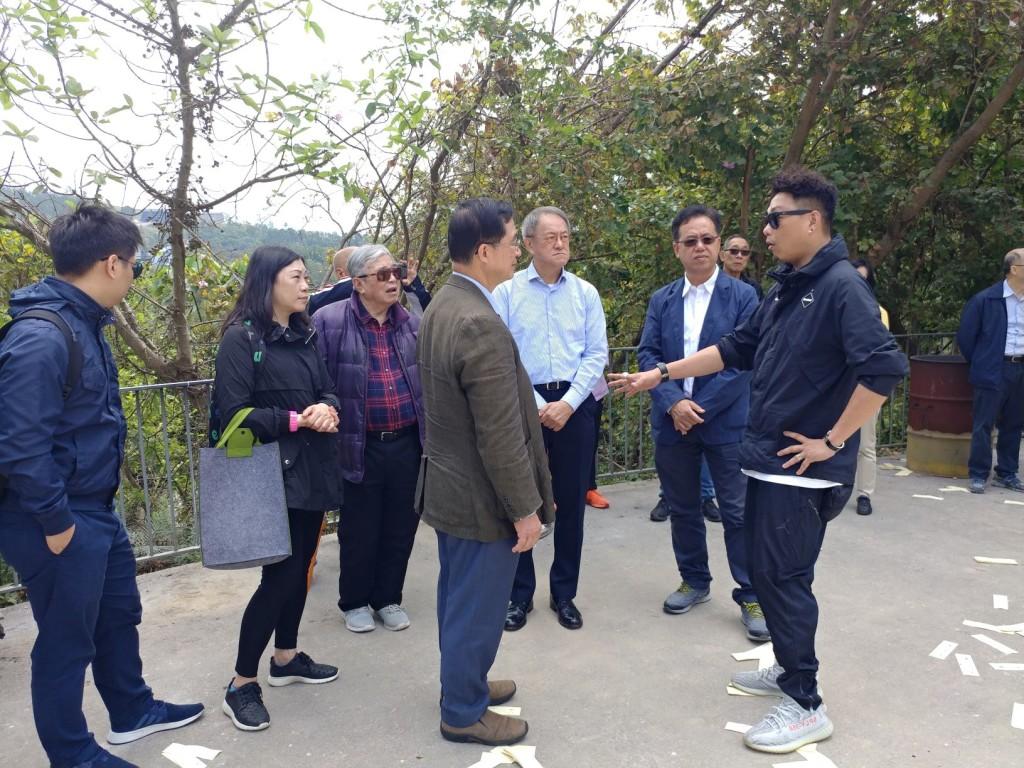 潮州墳場管理公司負責人胡志輝向本會首長及會員介紹兩個墳場的近況s