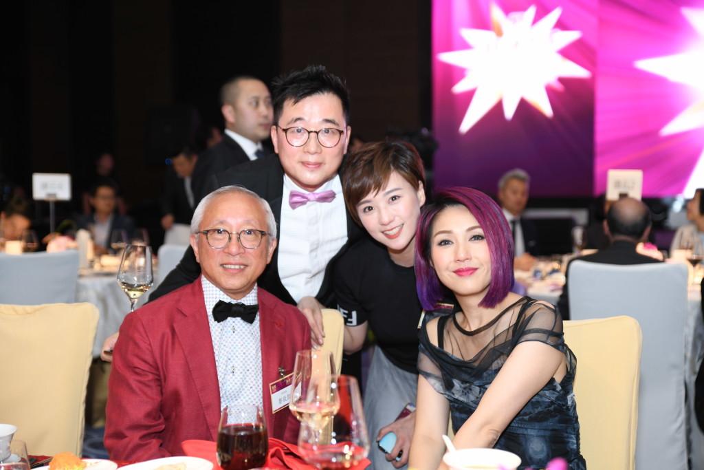 本會副會長鄭敬凱(左一)與得獎者楊千嬅(右一)合照