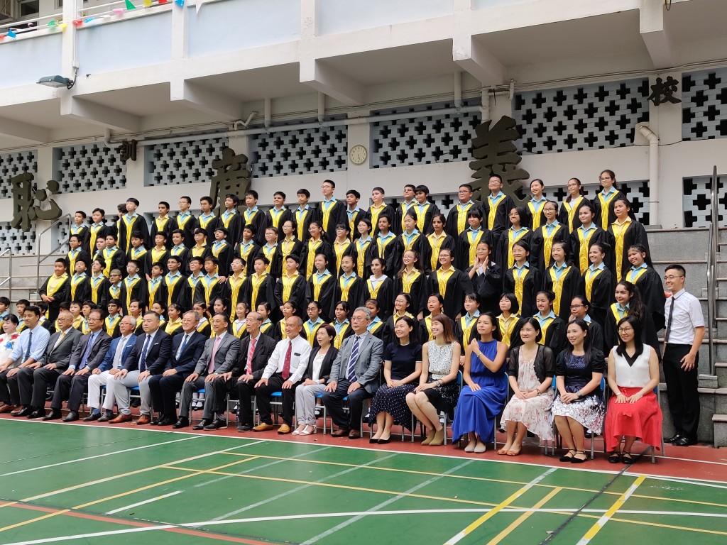 全體畢業生與教職員合影