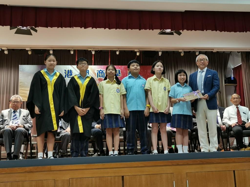 副會長鄭敬凱頒發獎狀予獲獎學生
