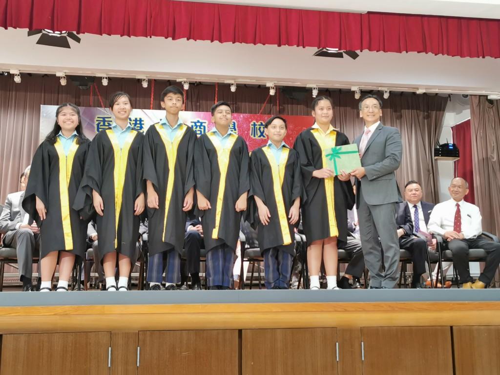 吳茂松校監頒發獎狀給獲獎學生
