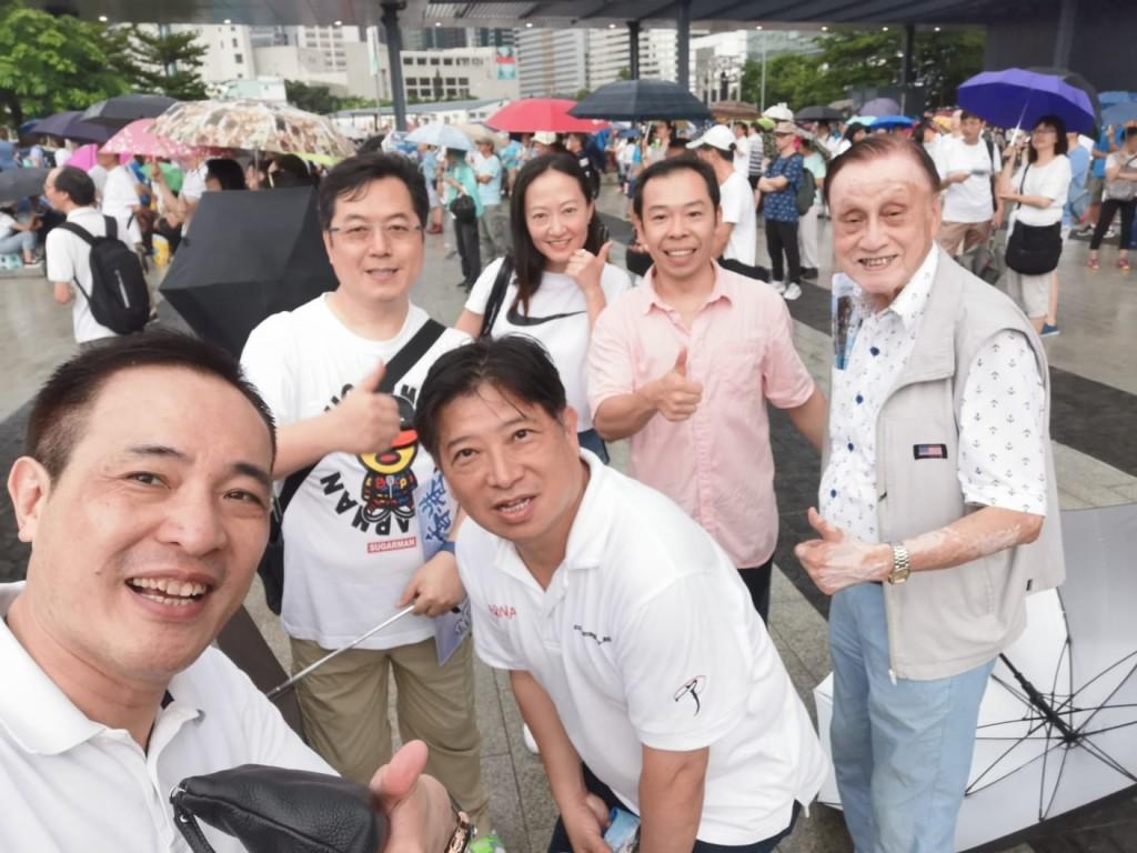 周駿達會董(前排右)J