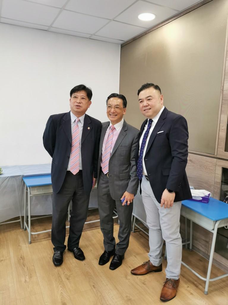 左起:會董周駿達,常董兼校監吳茂松,校長詹漢銘
