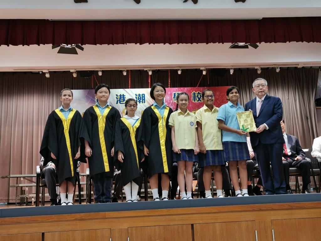 常董周卓如頒發獎狀予獲獎學生