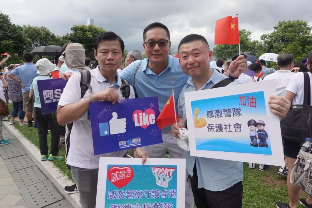 會董陳德寧(左一)