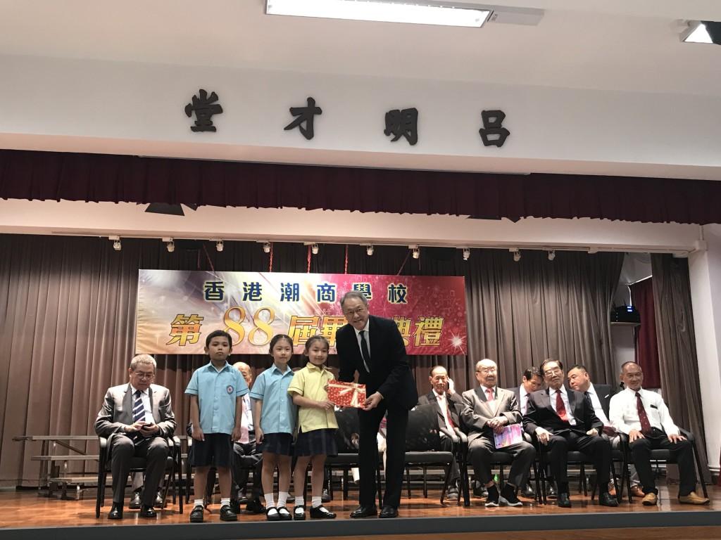 會長林宣亮頒發獎狀給獲獎學生
