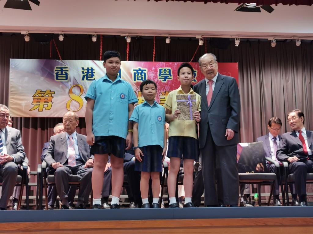 本會永遠榮譽會長陳偉南頒發獎狀予獲獎學生