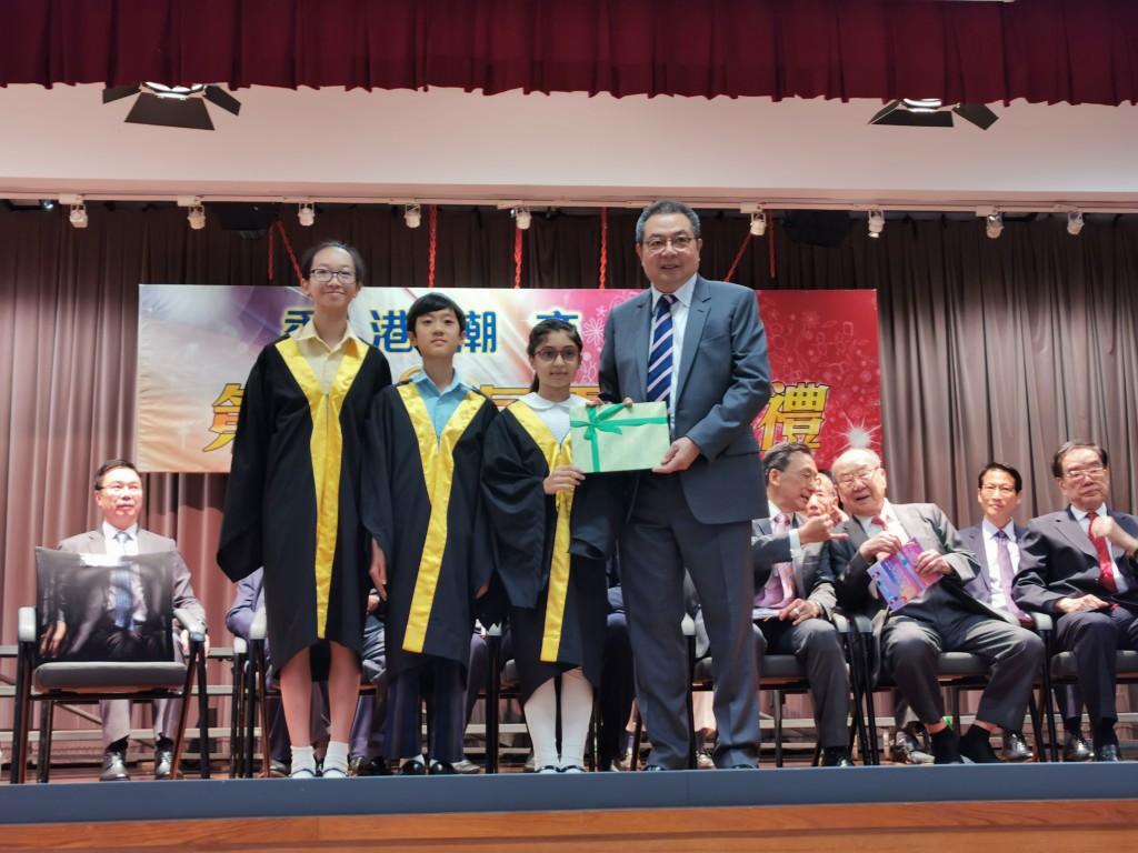 本會永遠榮譽會長陳幼南頒發獎狀予獲獎學生