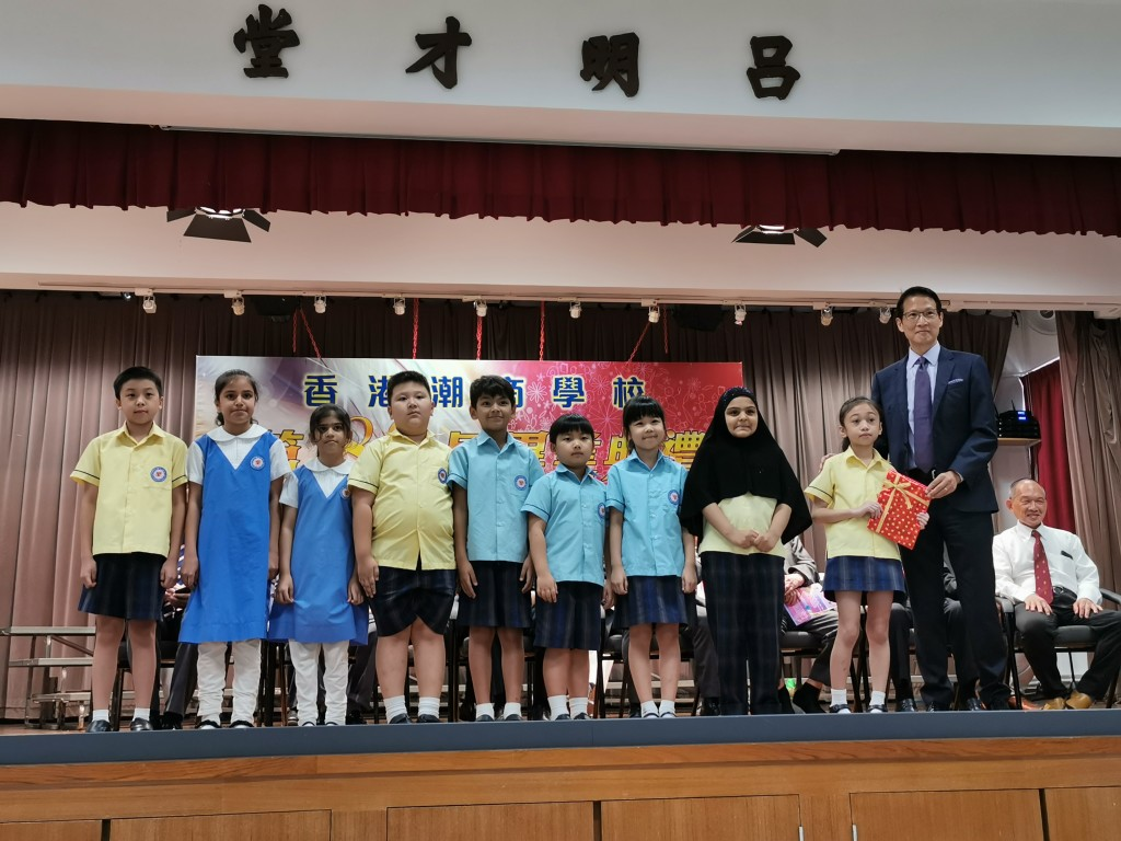 校董、本會常董唐大威頒發獎狀予獲獎學生