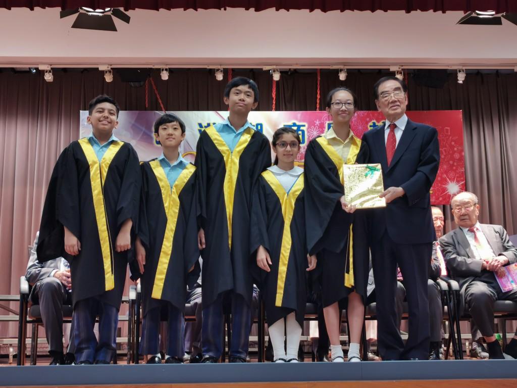 永遠榮譽會長許學之頒發獎狀予獲獎學生