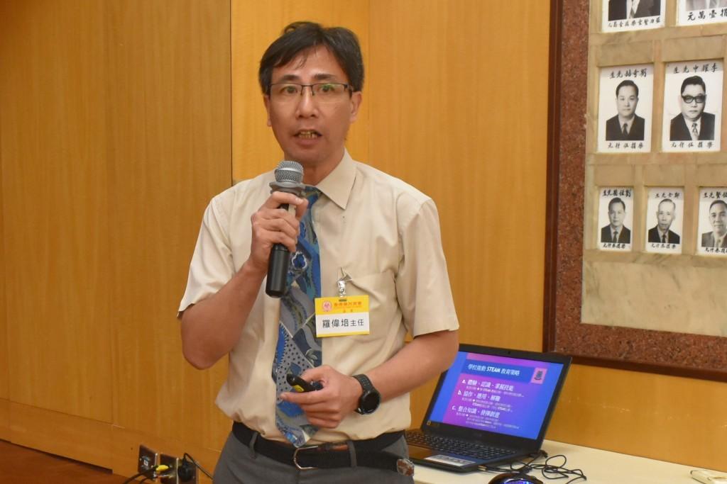 潮州會館中學主任羅偉培向各會董介紹學校如何將STEAM原素融入跨學科學習s
