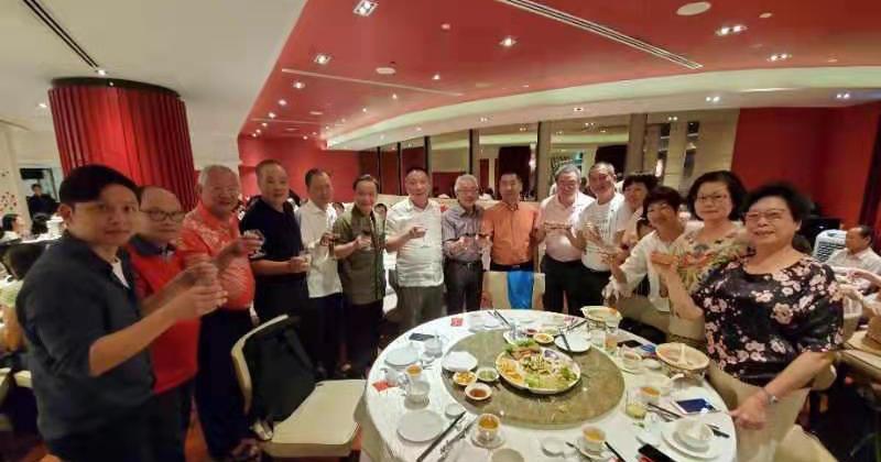 新加坡潮州八邑會館永遠榮譽會長吳南祥(左七)設宴接待海外潮籍嘉賓