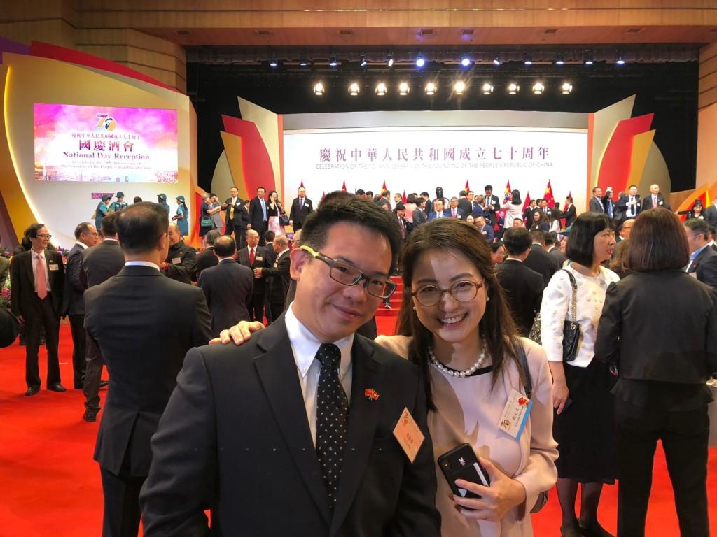 會董吳泰榮(左)與劉文文一同慶賀中華人民共和國成立七十周年