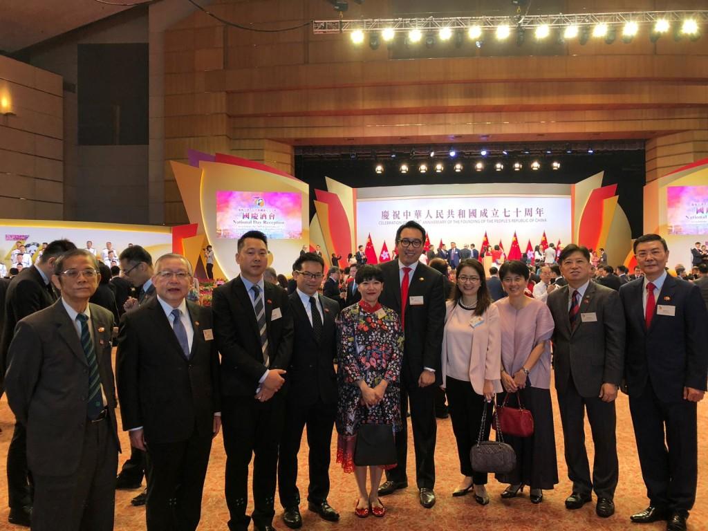 本會成員與中西區民政事務專員黃何詠詩(左五)合照