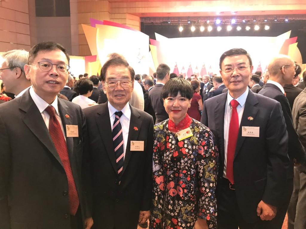 永遠榮譽會長許學之(左二)及常董陳偉泉(右一)與中西區民政事務專員黃何詠詩(中)合照