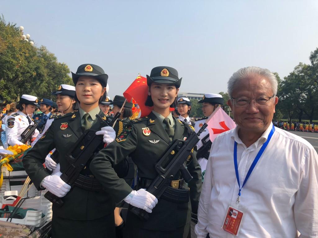 會董吳宏斌與英姿颯爽的女兵合照