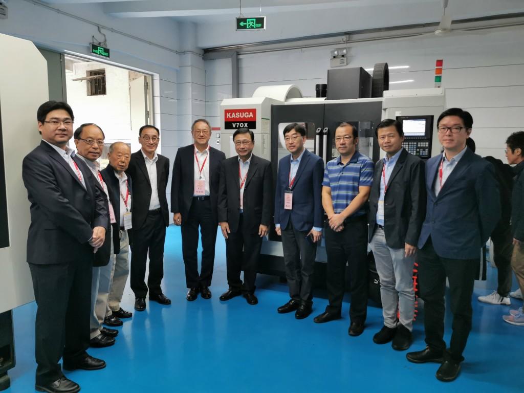 13. 汕大機械電子工程系主任王奉濤(右3)與訪問團一眾團員合照