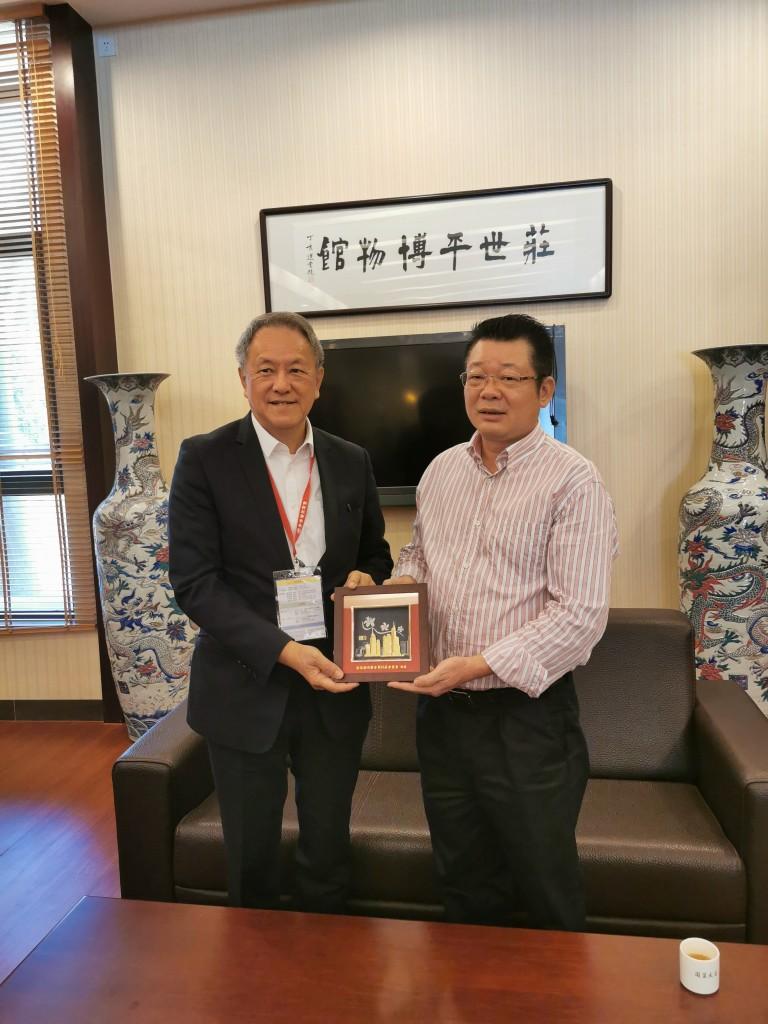 28. 會長林宣亮代表香港潮州商會向莊世平紀念館館長李文旭致送紀念品