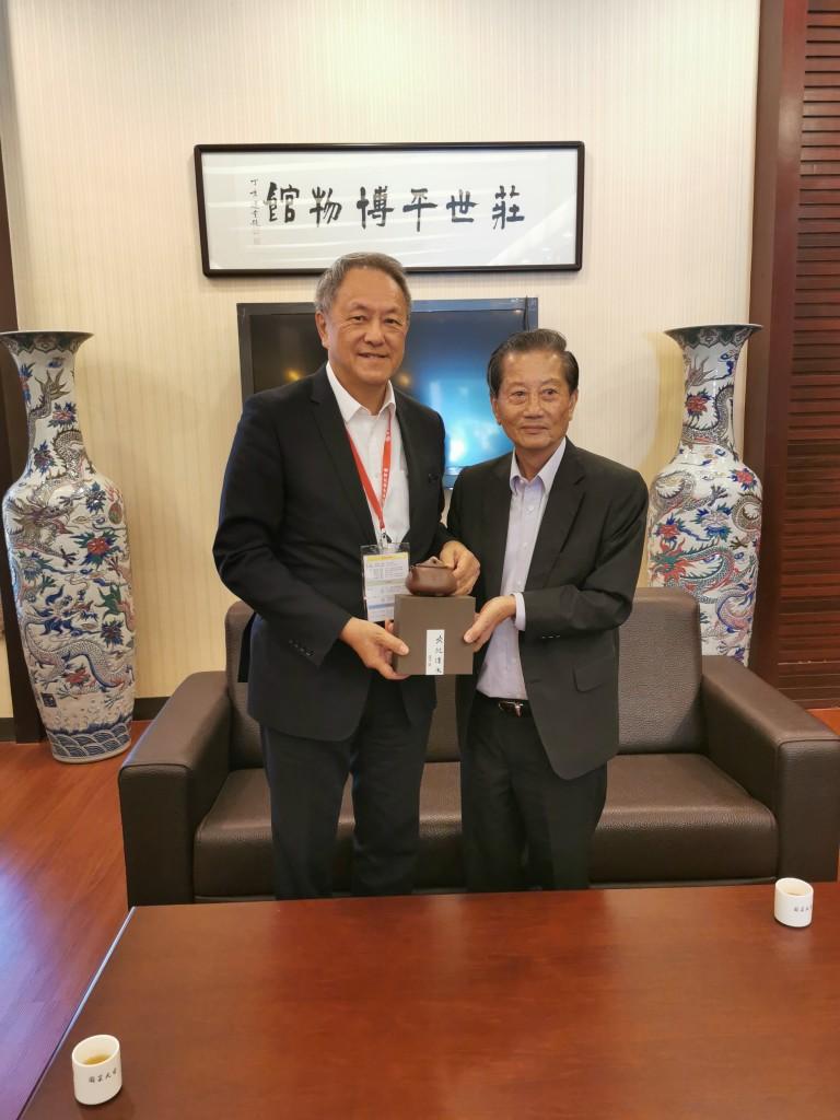 29. 會長林宣亮代表香港潮州商會向莊世平基金會副主席陳統金致送紀念品