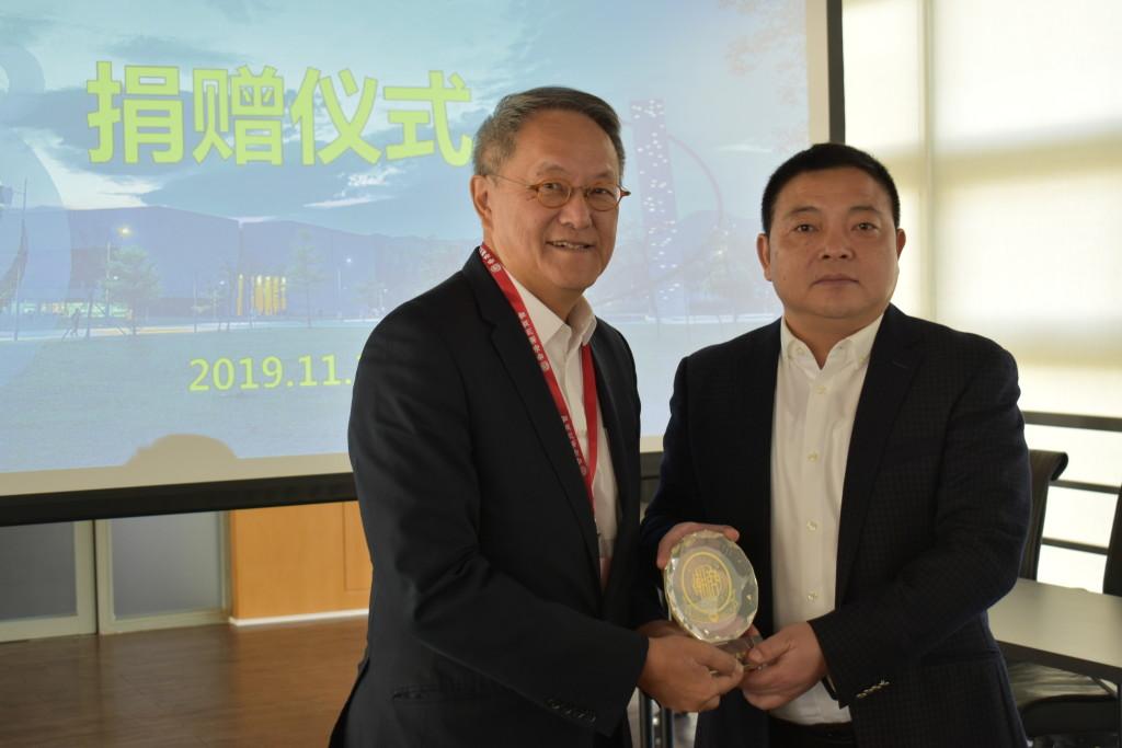 9. 會長林宣亮代表香港潮州商會向汕頭大學副校長劉文華致送紀念品