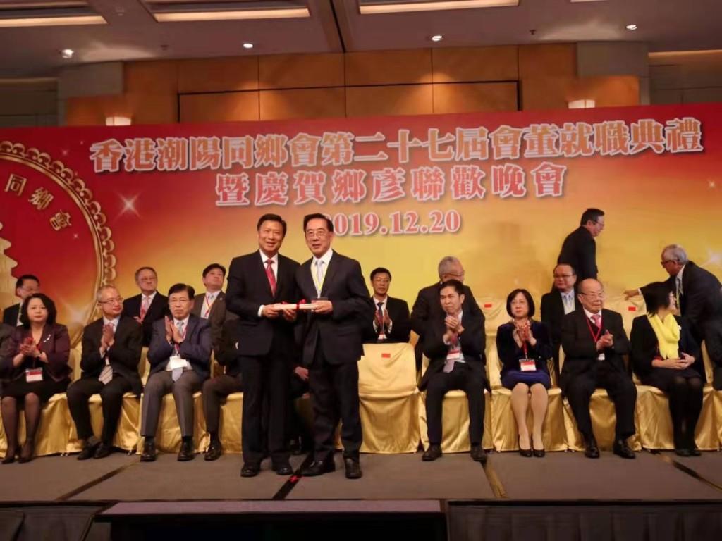 本會副會長蔡少偉(右)接受香港潮陽同鄉會副會長委任狀