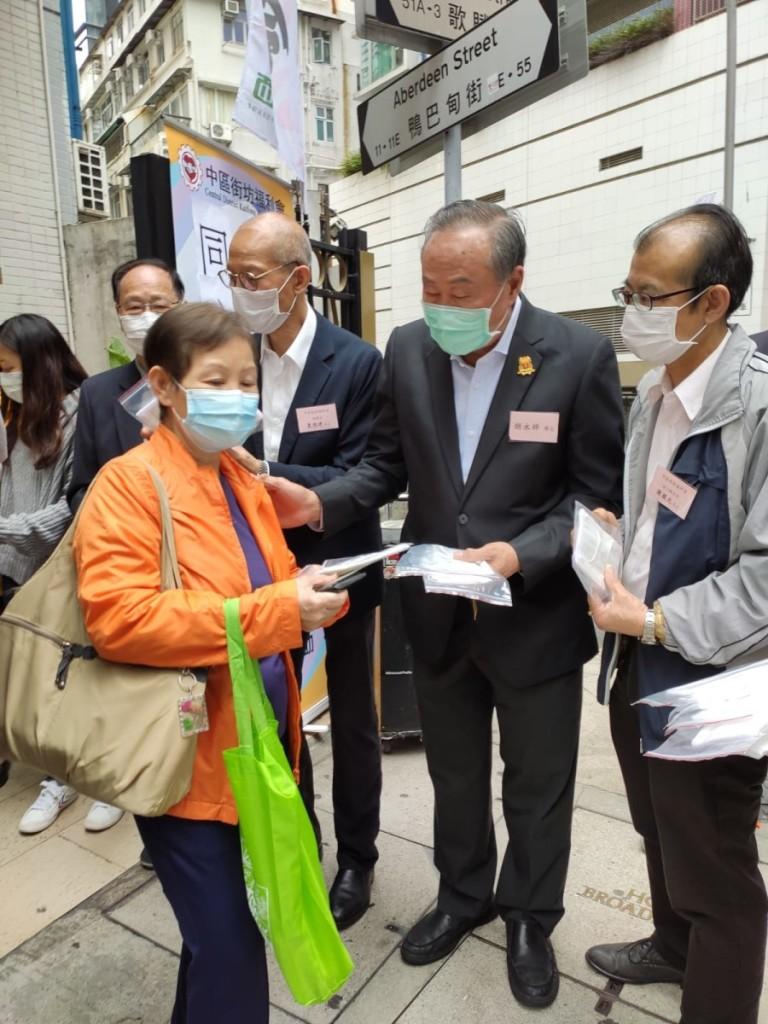 本會會董胡永祥在中區街坊福利會派發防疫用品 (口罩、搓手液)給長者及街坊