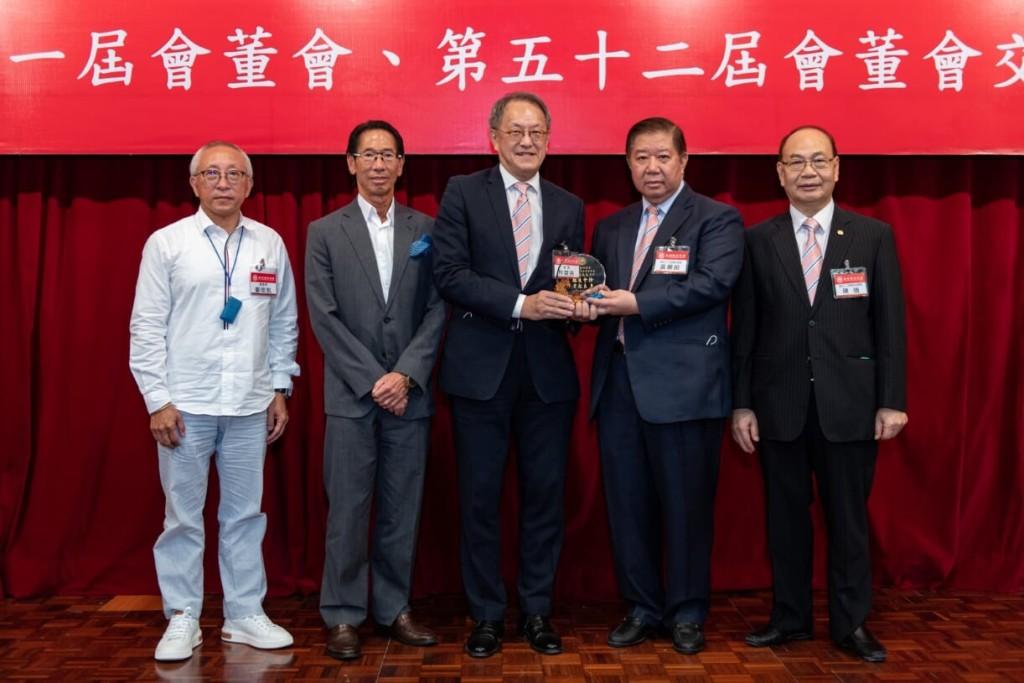 第52屆會長黃書銳(右二)向第51屆會長林宣亮(左三)致送紀念品