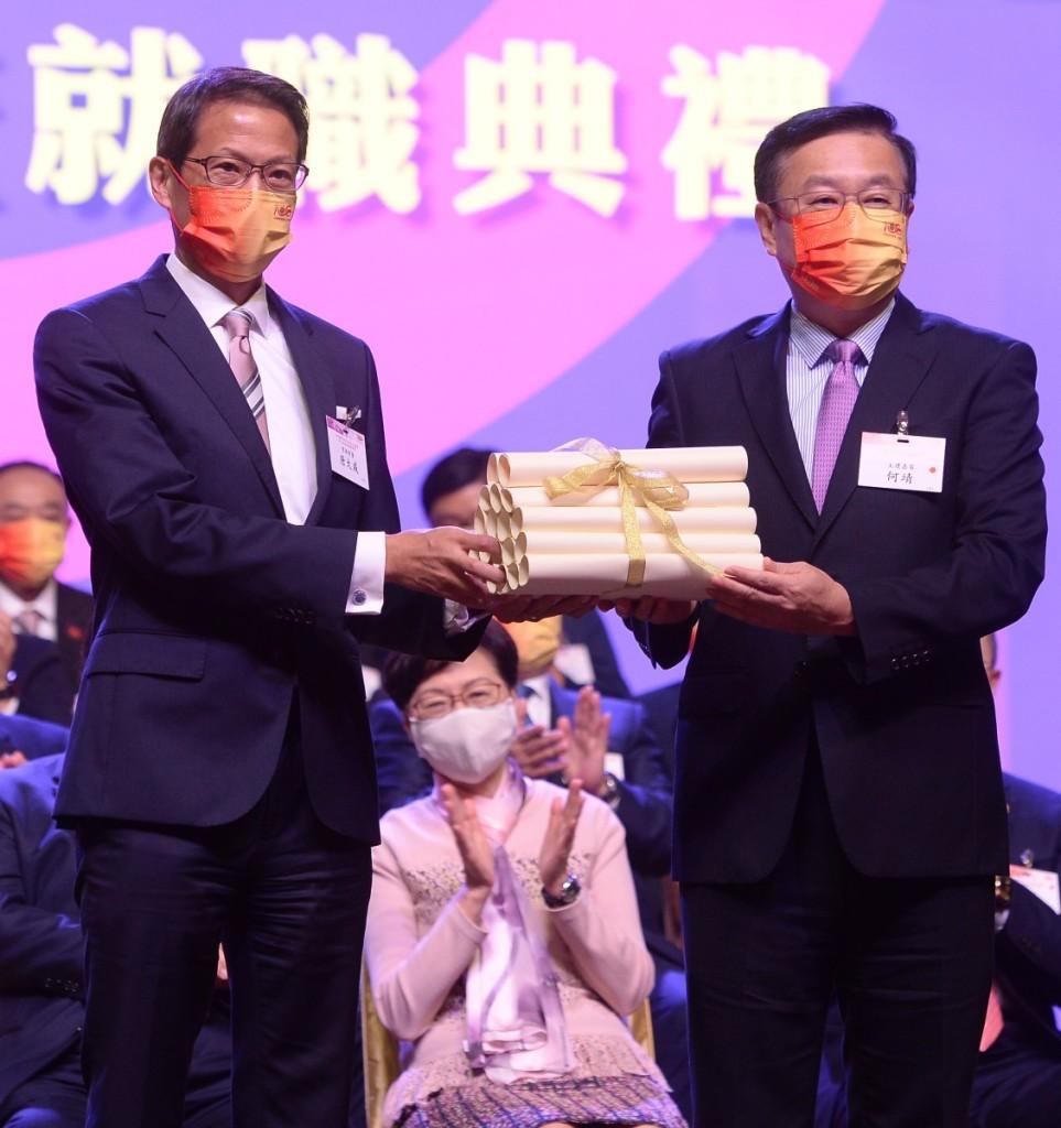 中聯辦副主任何靖頒發常務會董證書,由唐大威常務會董代表接受。 (2)