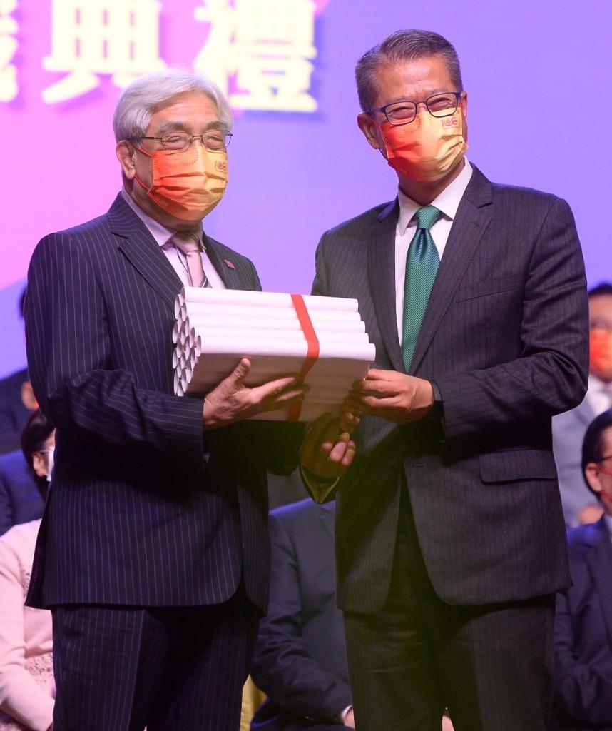 財政司陳茂波司長頒發會董證書,由馬照祥會董代表接受。 (2)