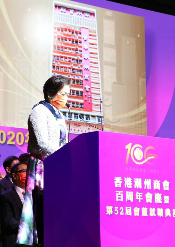 身兼全國政協委員,本會副會長高佩璇介紹為紀念香港潮州商會成立一百周年,由香港郵政局印製的心思心意紀念郵票。