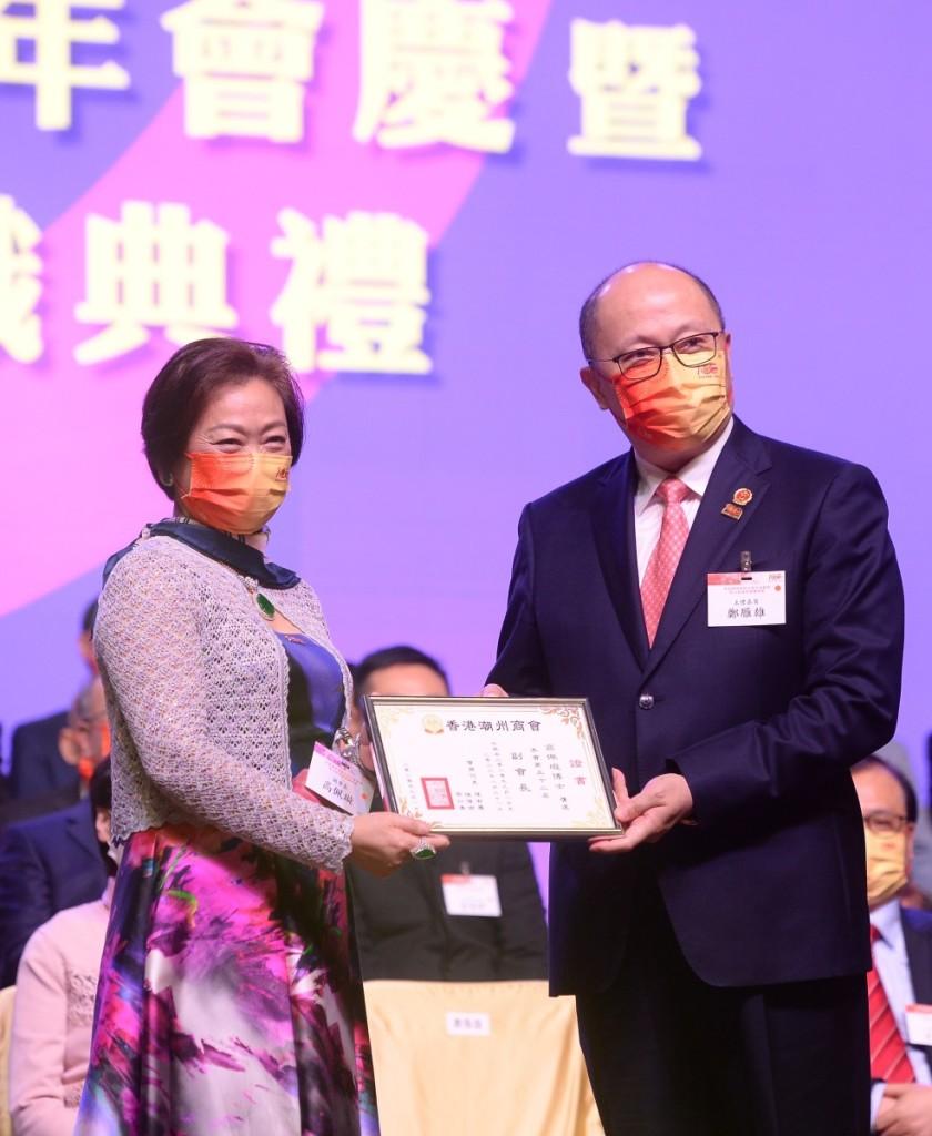駐港國家安全公署鄭雁雄署長向高佩璇副會長頒發副會長證書 (2)